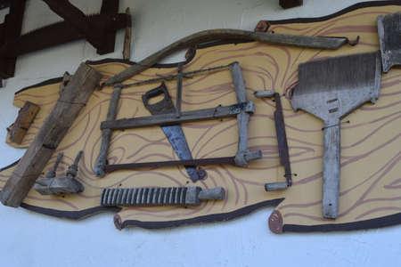 campesinas: Las viejas herramientas de campesinos. Herramientas en la pared.