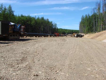 transporte terrestre: Sakhalin, Rusia - 18 jul, 2014: Construcción de la tubería de gas en la planta. El transporte de los portadores de energía. Editorial