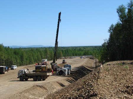 transporte terrestre: Sakhalin, Rusia - 18 jul, 2014: Construcci�n de la tuber�a de gas en la planta. El transporte de los portadores de energ�a. Editorial