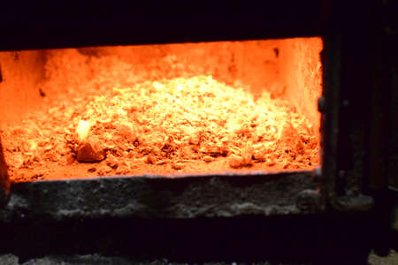 billet: Hot coals in the stove. Red burned by heating the particles tree.