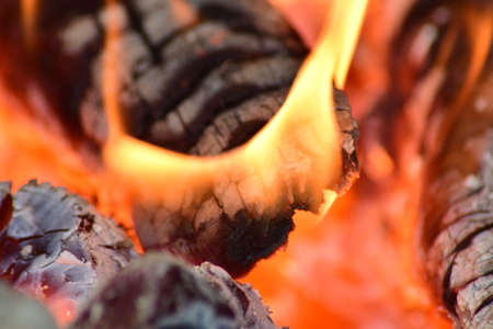 smolder: Hot coals in the stove. Red burned by heating the particles tree.