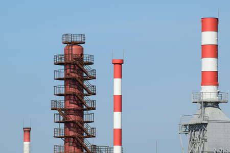 destilacion: Tubos de hornos de refiner�as y columna de destilaci�n. El equipo de la refiner�a.