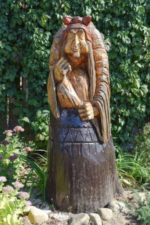 The wooden statue of Baba Yaga in a mortar. Fairy-tale characters Baba Yaga, wooden decoration. Archivio Fotografico