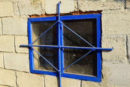 penetración: The blue box in the wall with the lattice. Protect windows grating penetration.