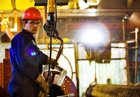 Sicherheit bei der Arbeit. Schweißen und Montage der Rohrleitung. Industriewochentage Schweißer und Monteure. Standard-Bild - 66953090