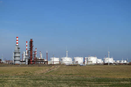 destilacion: Las columnas de destilación, tuberías y otros equipos hornos refinería. La refinería de petróleo. Equipo de tratamiento de petróleo primaria. Foto de archivo