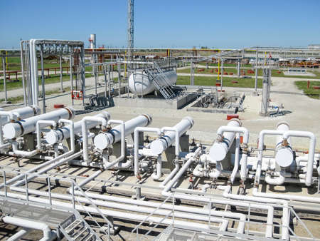 Heat exchangers in a refinery. The equipment for oil refining. Banque d'images