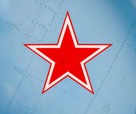 Five-pointed red star on the wing skin of a military fighter. Imagens