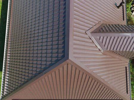 Das Dach aus Wellblech. Überdachung von Metallprofil wellig Form. Ein Blick von oben auf das Dach des Hauses. Standard-Bild - 85890465