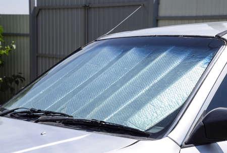 태양 반사판 윈드 스크린. 직사광선으로부터 자동차 패널 보호