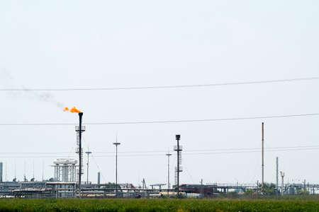 Sistema di una torcia su un campo petrolifero. Brucia attraverso la testa di una torcia. Archivio Fotografico - 92258001