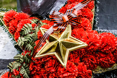 Wreath with a star on the monument. Victory Day. Symbols of the day of victory over fascist Germany Imagens