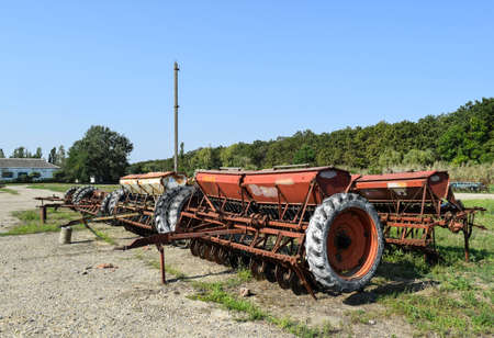 Seeder for sowing seeds of field crops. Trailer Hitch for tractors and combines. Trailers for agricultural machinery. Stok Fotoğraf
