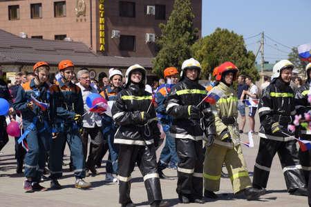 Slavyansk-on-Kuban, Russie - 1 mai 2018: une procession d'étudiants du service de sauvetage et des pompiers. Célébration du 1er mai, jour du printemps et du travail. Défilé du 1er mai sur la place du théâtre de la ville de Slavyansk-on-Kuban. Éditoriale