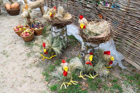 Wicker from the chicken and chicken. Art of crafts. Dolls of chickens. Standard-Bild - 108679099