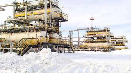 Rusia, Nefteyugansk - 24 de enero de 2016: Separador. Equipo para separación de aceite. Unidad de tratamiento de aceite modular. Bulite para la separación