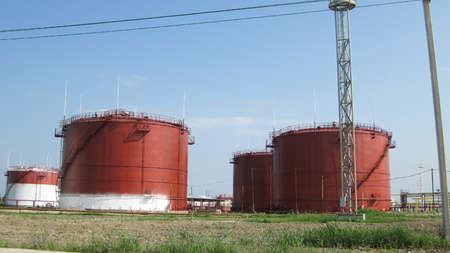Storage tanks for petroleum products. Equipment refinery. 스톡 콘텐츠
