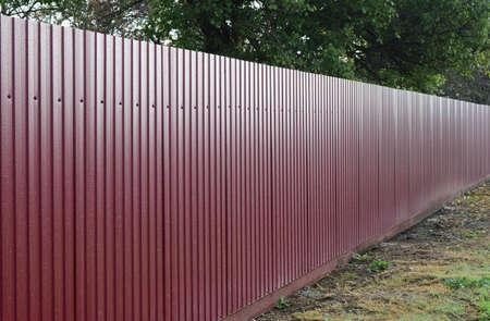 Patrón diagonal de perfil metálico. Las cercas del hierro galvanizado pintado por el cubrimiento polimérico. Foto de archivo