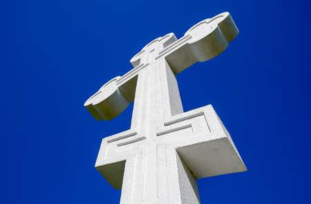 White orthodox christian cross on blue sky background Stockfoto