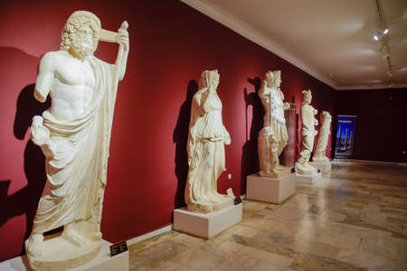 Antalya, Turkey - May 20, 2019: Marble statues of gods and emperors of antiquity in the Museum of Antiquities of Antalya, Turkey. Banque d'images - 129334040