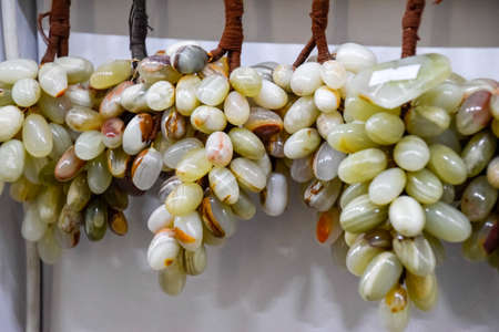 Bunches of grapes from onyx, products from onyx. Zdjęcie Seryjne - 129270262