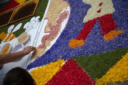 Disegni con petali di fiori realizzati en occasione dell'infiorata di spello Foto de archivo - 35168853