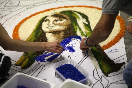disegni ca di spelloon petali freschi eseguiti durante la manifestazione infiorat Imagens