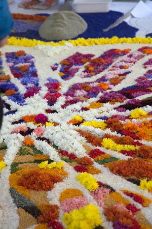 Disegni con petali di fiori freschi por infiorata di spello Foto de archivo - 35168855