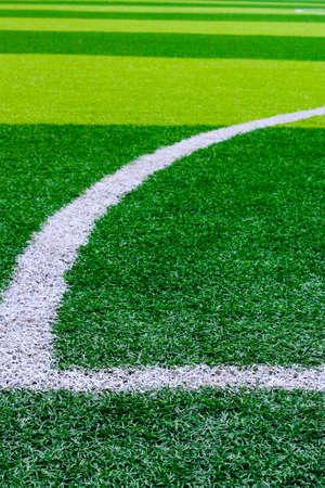 pasto sintetico: Foto de un campo de deportes de hierba sintética verde con línea blanca disparó desde arriba