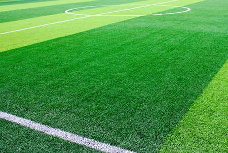 Foto de un campo de hierba verde sintético de césped con el ajuste de la foto en blanco desde arriba Foto de archivo - 84246761