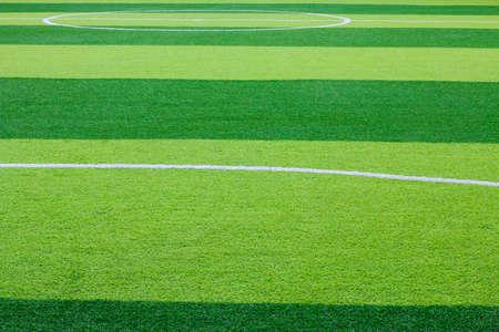 Foto de un campo de hierba verde sintético de césped con el ajuste de la foto en blanco desde arriba Foto de archivo - 84052539