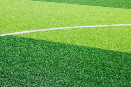 Foto de un campo de hierba verde sintético de césped con el ajuste de la foto en blanco desde arriba Foto de archivo - 84106756