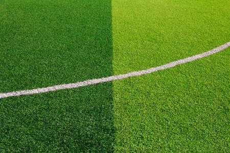 Foto de un campo de deportes de hierba sintética verde con la línea blanca tirada de arriba. Foto de archivo - 84428028