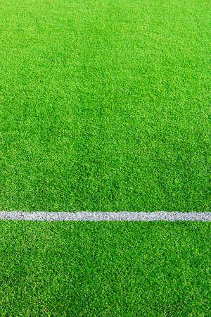 Foto de un campo de hierba verde sintético de césped con el ajuste de la foto en blanco desde arriba Foto de archivo - 84428169