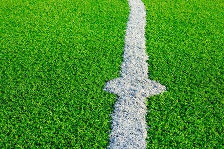 Foto de un campo de hierba verde sintético de césped con el ajuste de la foto en blanco desde arriba Foto de archivo - 84428181