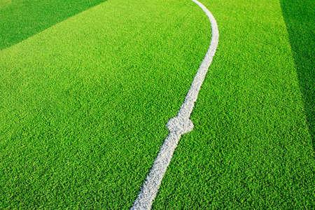 Foto de un campo de hierba verde sintético de césped con el ajuste de la foto en blanco desde arriba Foto de archivo - 84428222