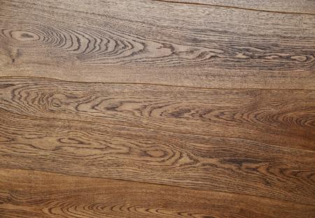 hilera: La aplicaci�n de barniz protector sobre un mueble de madera