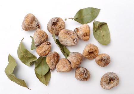 frutos secos: higos frescos en rodajas en el fondo blanco