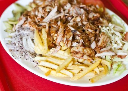 pinchos morunos: Tradicional turco doner kebab servido en plato blanco con patatas Foto de archivo