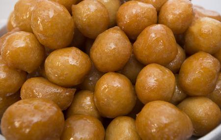 comida arabe: Pasteles hechos de masa frita profunda sumergen en jarabe de azúcar o miel