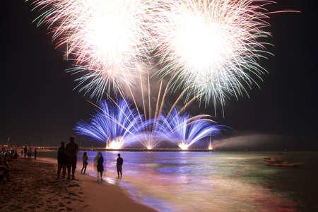 Feuerwerk am Strand von Forte dei Marmi Italien Standard-Bild - 15031430