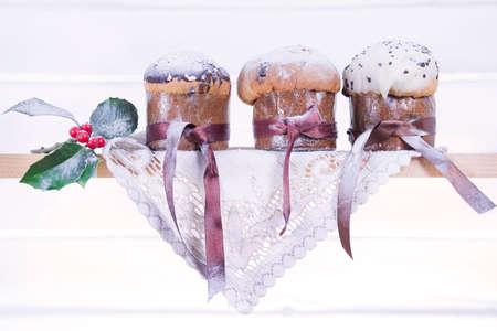 weihnachtskuchen: Typische Weihnachtskuchen aus dem Norden Italiens, Panettone mit Trauben Getrocknete und kandierte Fr�chte