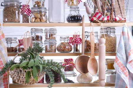 comida rica: Pequeño Despensa del ama de casa, un contenido necesario para cocinar