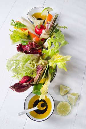 Contour basata su una vinaigrette con verdure di stagione