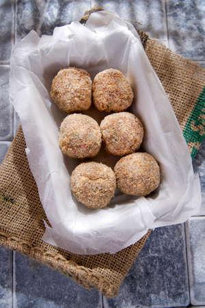 Preparation and presentation of raw meatballs
