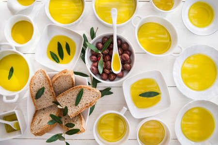 Presentation of wholemeal bread and olives with olive oil