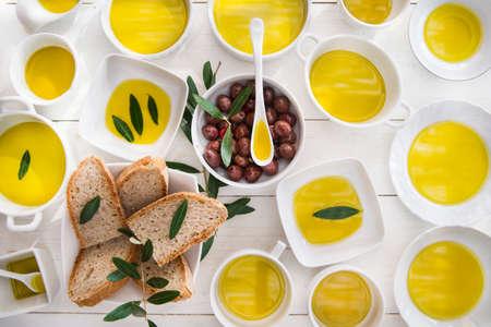aceite de oliva: Presentación de pan integral y las aceitunas con aceite de oliva