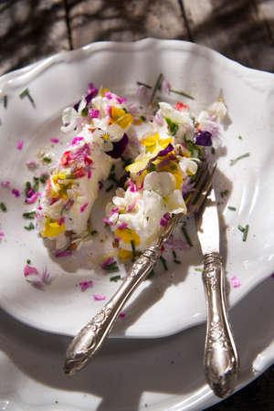 queso de cabra: Presentaci�n de queso de cabra rueda con flores comestibles