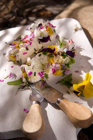 queso de cabra: Presentación de queso de cabra rueda con flores comestibles