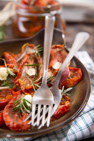aceite de cocina: Dried tomatoes with olive oil, rosemary and garlic